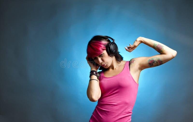 Mujer que siente la música imagenes de archivo