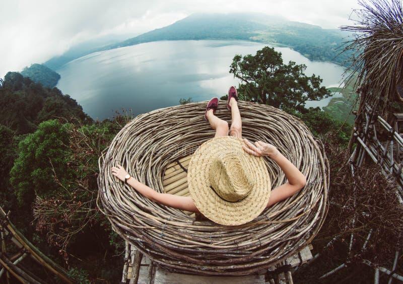 Mujer que siente libremente que viaja el mundo fotografía de archivo