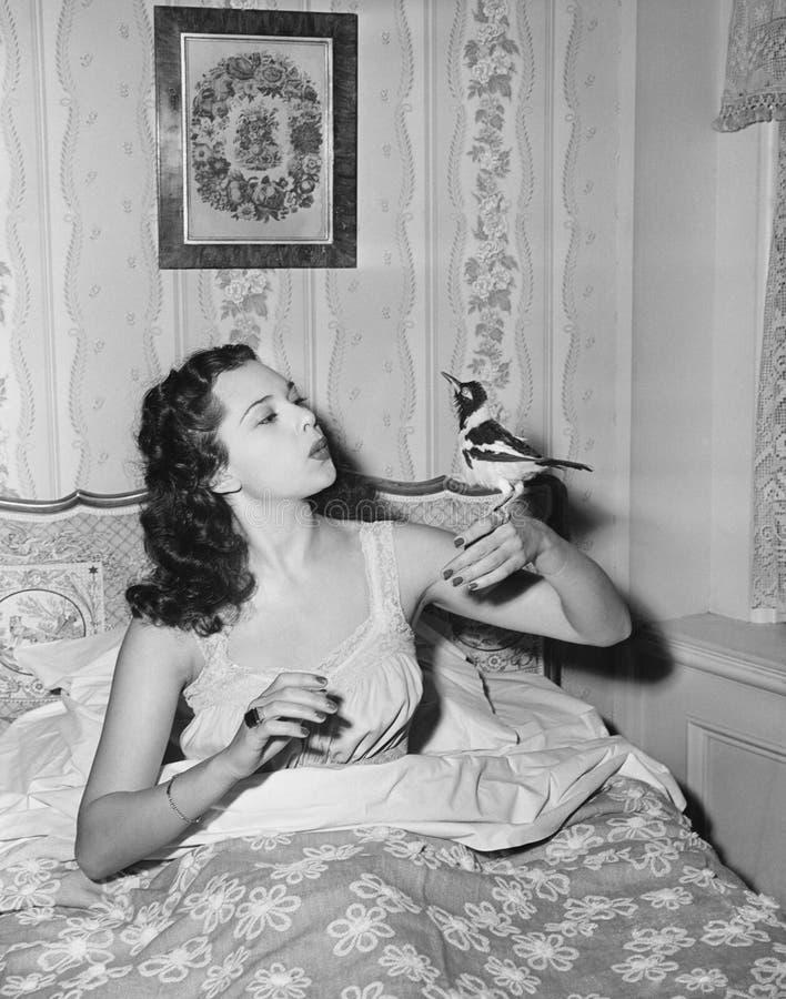 Mujer que silba con el pájaro a mano (todas las personas representadas no son vivas más largo y ningún estado existe Garantías de foto de archivo