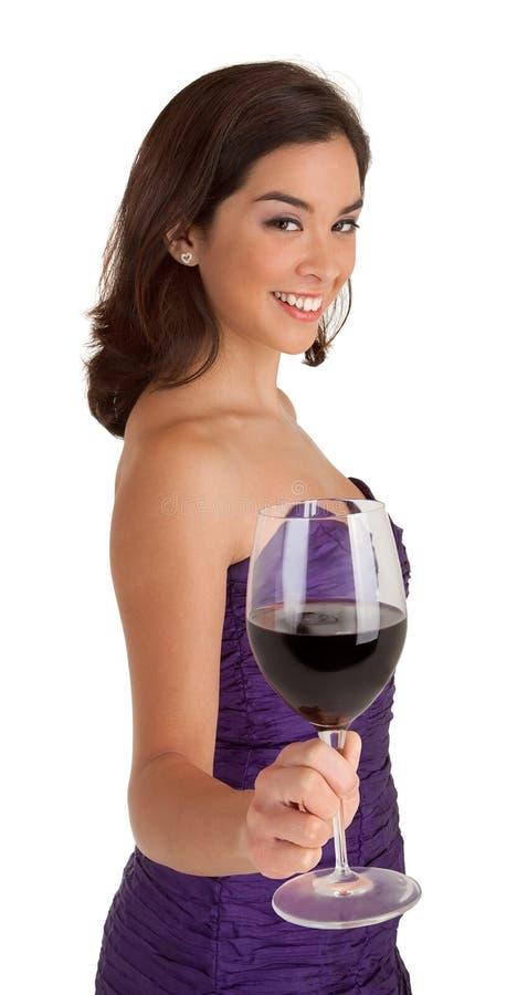 Mujer que sirve un vidrio de vino imagenes de archivo