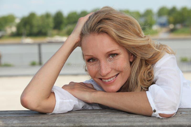Mujer que sonríe afuera fotos de archivo