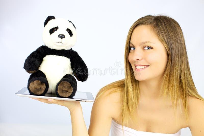 Mujer que sonríe con la felpa de la panda fotografía de archivo libre de regalías