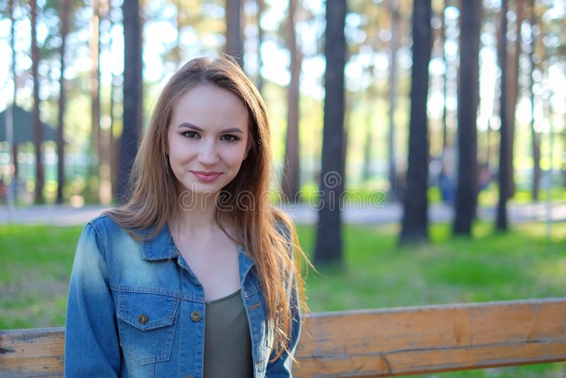Mujer que sonríe con sonrisa perfecta en un parque y que mira la cámara imágenes de archivo libres de regalías