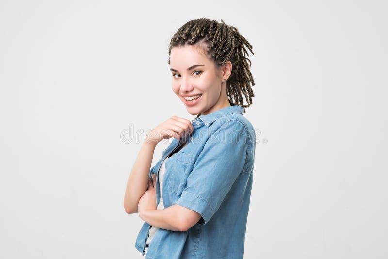 Mujer que sonríe con sonrisa perfecta y los dientes blancos Su pelo hecho en coletas imagenes de archivo