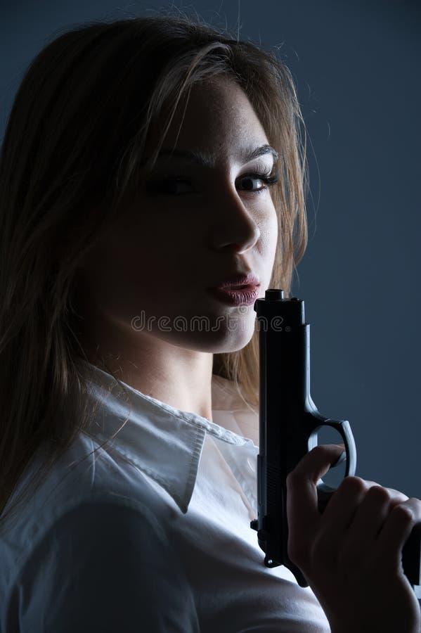 Mujer que sopla en su barril de armas fotografía de archivo