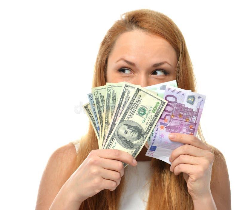 Mujer que soporta el dinero cinco del efectivo un cincuenta cientos euros en un h fotografía de archivo