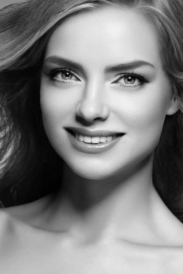 Mujer que sorprende rubia Retrato hermoso de la cara del estudio de la muchacha fotografía de archivo libre de regalías