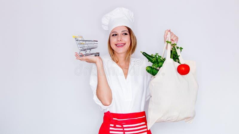 Mujer que sostiene diversos verduras y camión del juguete fotos de archivo libres de regalías