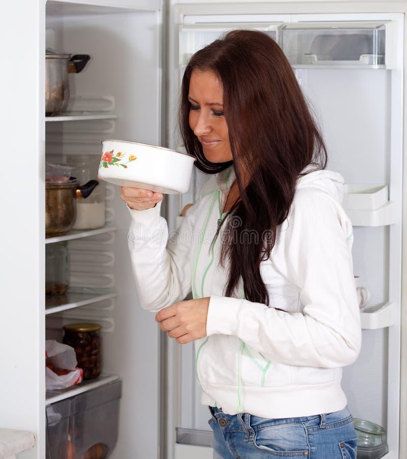 Mujer que sostiene el alimento asqueroso fotografía de archivo