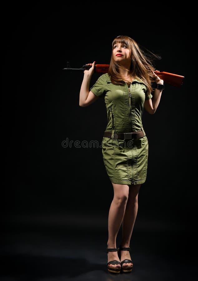 Mujer que sostiene el arma imagen de archivo