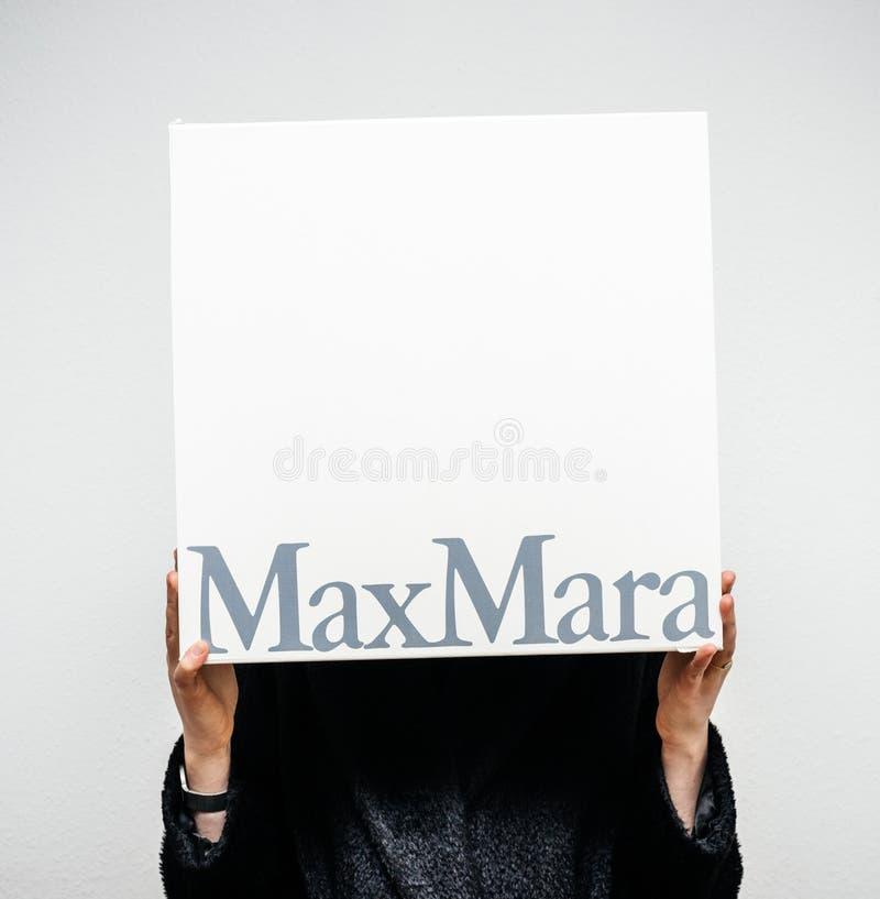Mujer que sostiene el barco de lujo de Max Mara para la ropa foto de archivo
