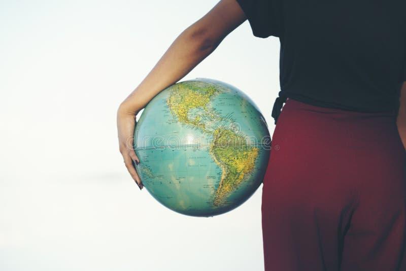 Mujer que sostiene el globo foto de archivo