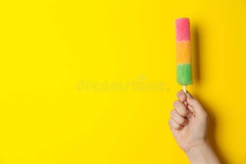 Mujer que sostiene el helado delicioso, espacio para el texto imagenes de archivo