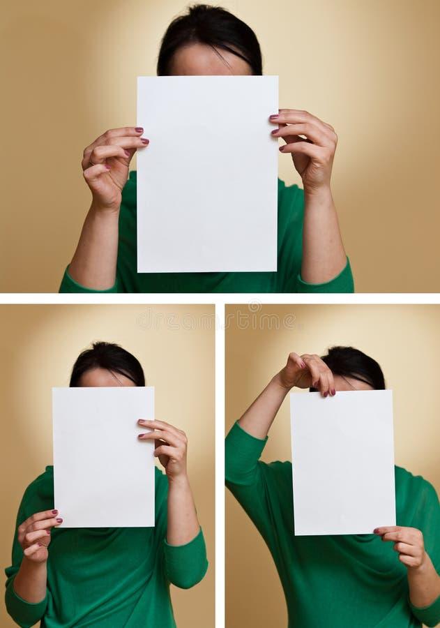 Mujer que sostiene el papel en blanco foto de archivo