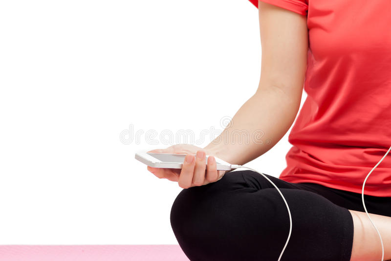 Mujer que sostiene el teléfono elegante en equipo del deporte imagen de archivo libre de regalías