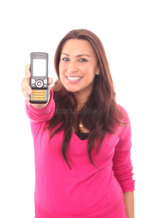 Mujer que sostiene hacia fuera el teléfono móvil fotografía de archivo