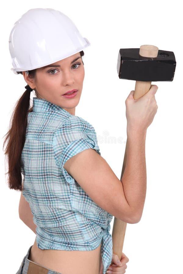 Mujer que sostiene la almádena imagen de archivo libre de regalías