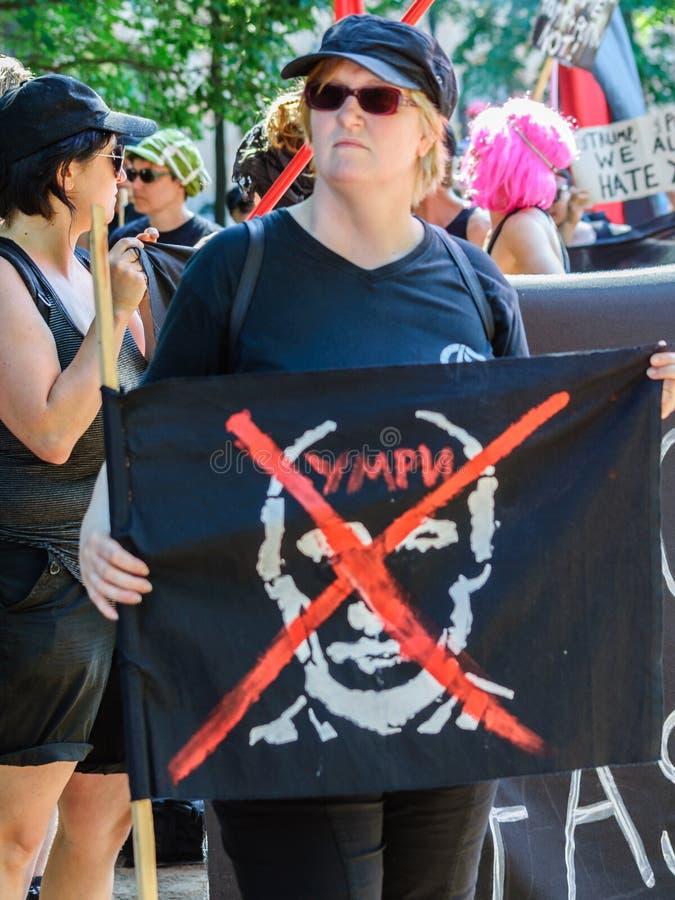 Mujer que sostiene la bandera de anti-Putin fotografía de archivo libre de regalías