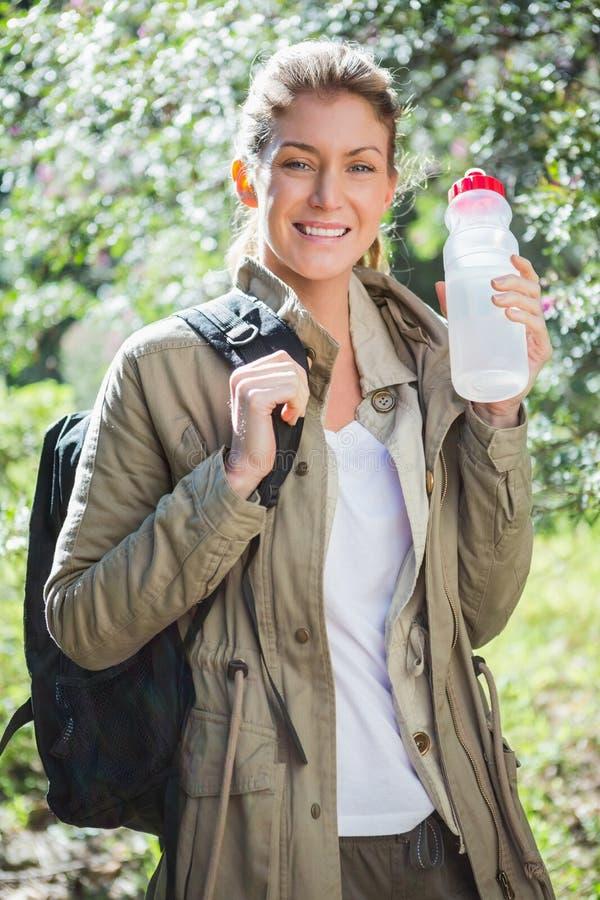 Mujer que sostiene la botella de agua fotos de archivo
