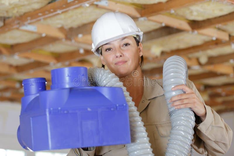 Mujer que sostiene la caja de la ventilación imagenes de archivo