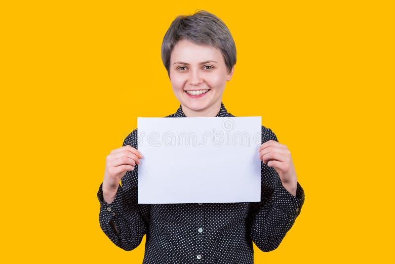 Mujer que sostiene la hoja en blanco imágenes de archivo libres de regalías