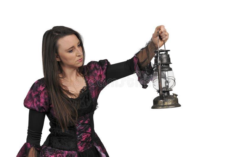Mujer que sostiene la linterna imagen de archivo libre de regalías