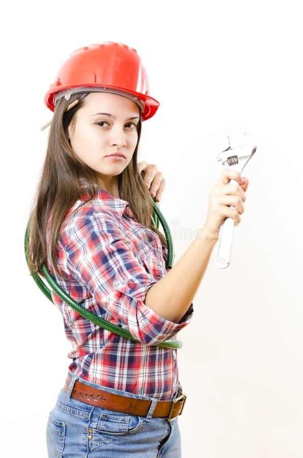 Mujer que sostiene la llave ajustable foto de archivo