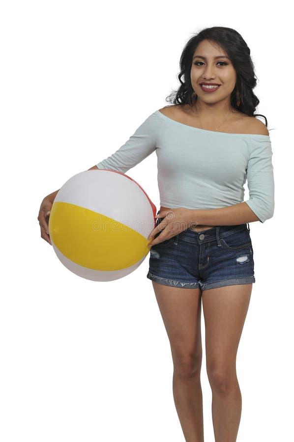 Mujer que sostiene la pelota de playa fotos de archivo libres de regalías