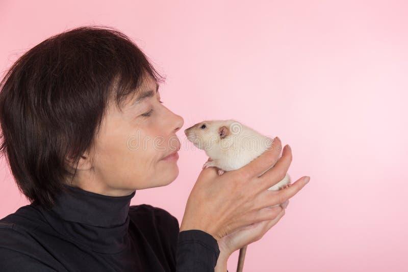 Mujer que sostiene la rata nacional fotos de archivo libres de regalías