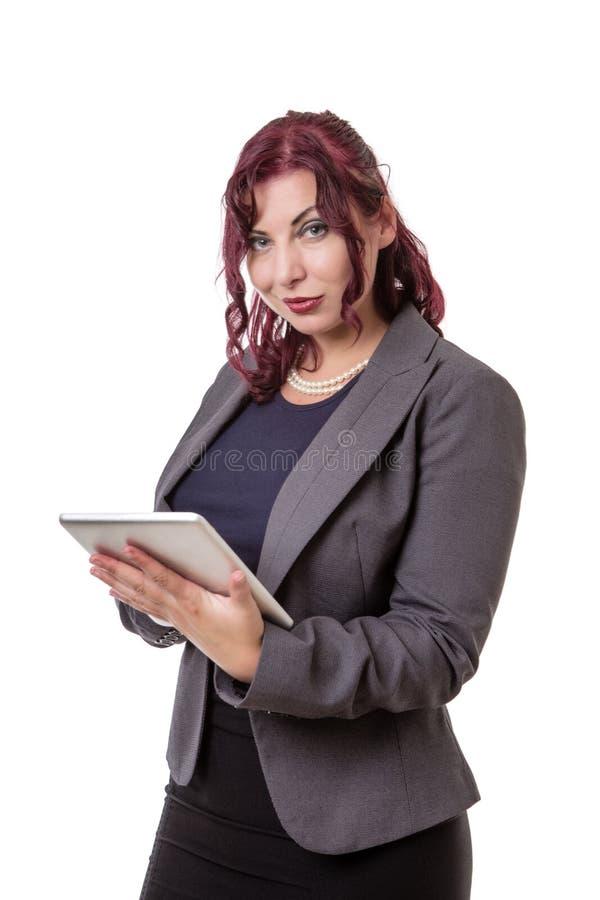 Mujer que sostiene la tableta que parece desconcertada imagen de archivo