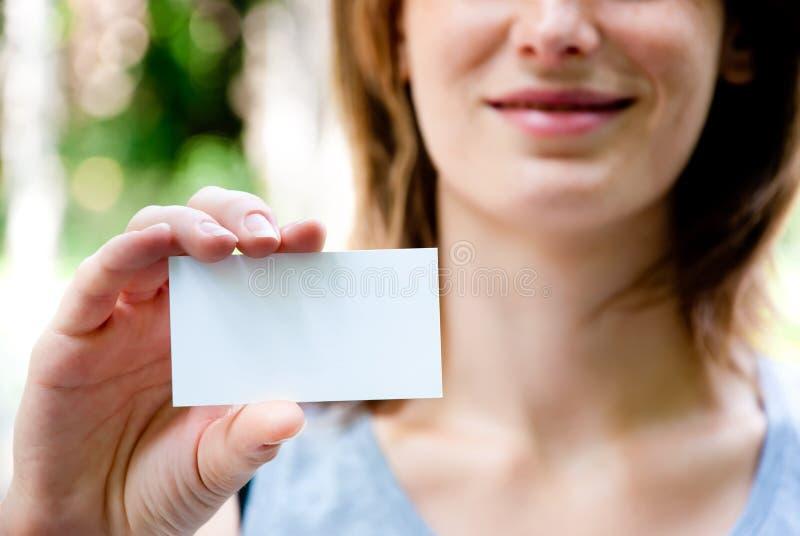 Mujer que sostiene la tarjeta vacía imágenes de archivo libres de regalías