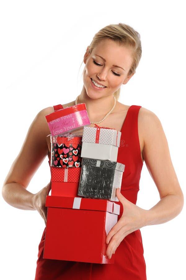 Mujer que sostiene las cajas de regalo fotos de archivo libres de regalías