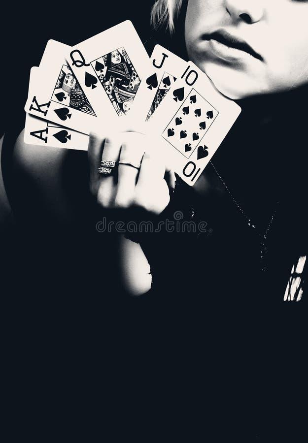 Mujer que sostiene los naipes, foto retra. foto de archivo libre de regalías