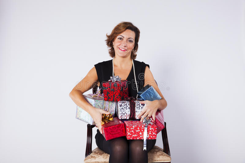 Mujer que sostiene los regalos fotos de archivo