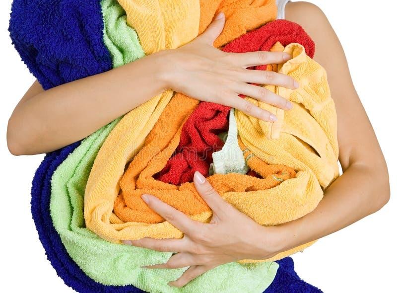 Mujer que sostiene mucho lavadero colorido en sus manos, o aislado imagen de archivo