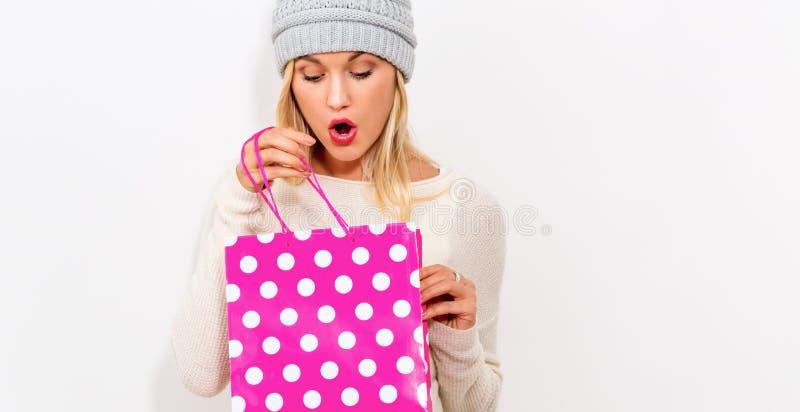 Mujer que sostiene un bolso de compras imagenes de archivo