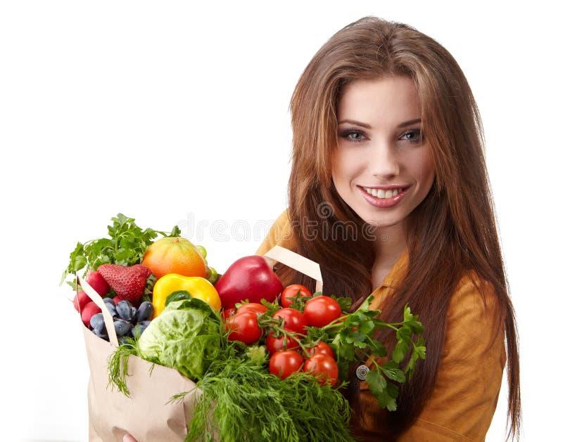 Mujer que sostiene un bolso lleno de alimento sano fotos de archivo