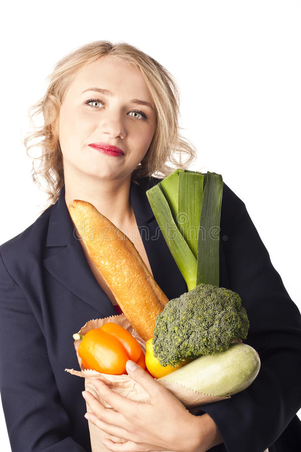 Mujer que sostiene un bolso lleno de alimento sano. compras foto de archivo libre de regalías