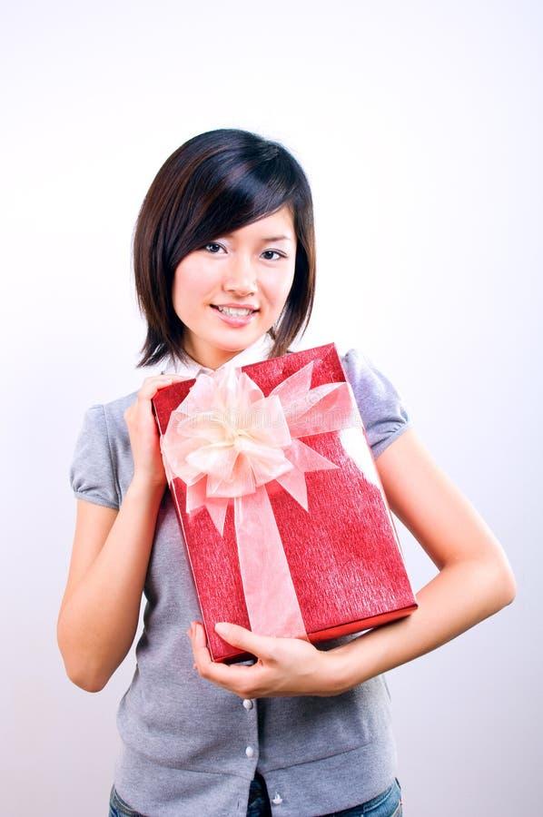 Mujer que sostiene un regalo imágenes de archivo libres de regalías
