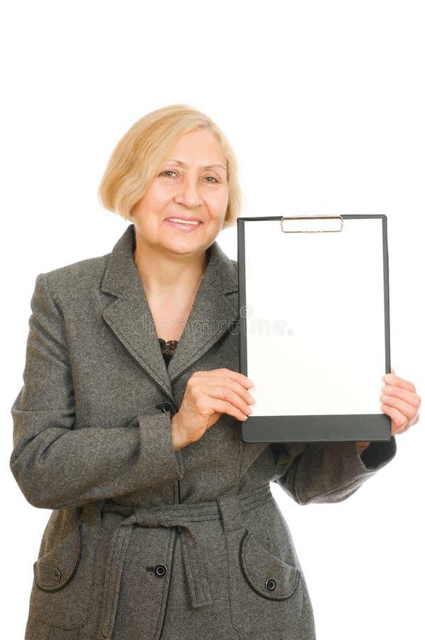 Mujer que sostiene un sujetapapeles fotografía de archivo libre de regalías