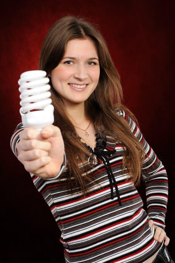Mujer que sostiene una bombilla fluorescente fotografía de archivo