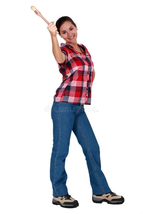 Mujer que sostiene una brocha imagenes de archivo