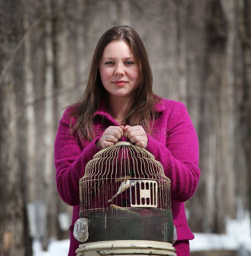 Mujer que sostiene una jaula fotografía de archivo libre de regalías
