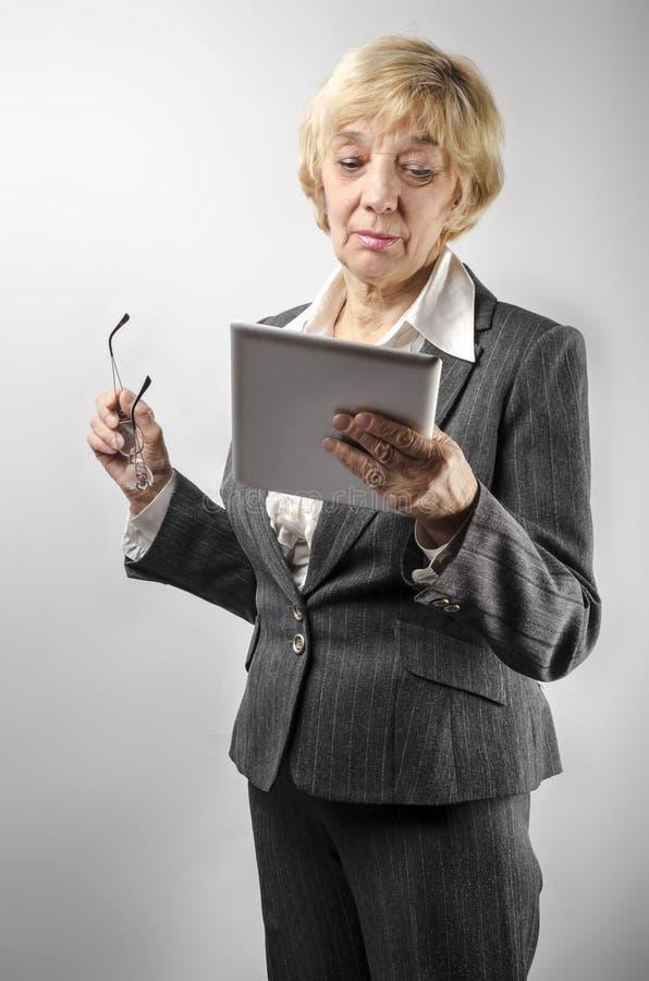 Mujer que sostiene una PC de la tableta fotografía de archivo libre de regalías