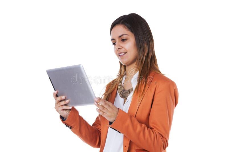 Mujer que sostiene una tablilla fotografía de archivo libre de regalías