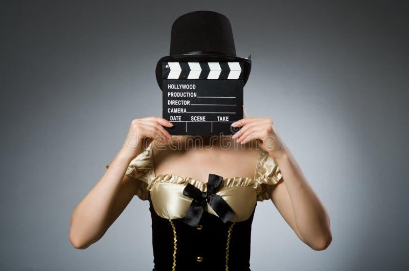 Mujer que sostiene una tablilla de la película fotos de archivo libres de regalías