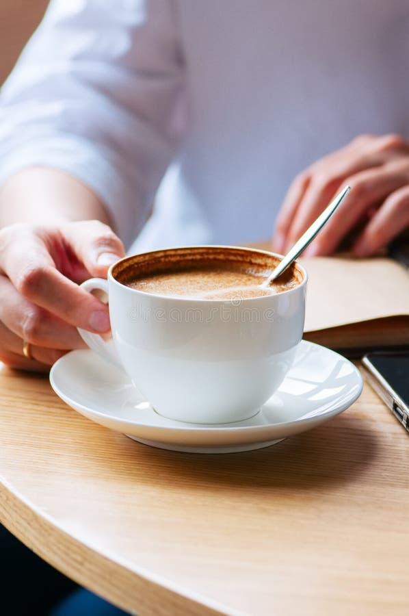 Mujer que sostiene una taza de café Cierre para arriba Concepto del estilo de vida Cof foto de archivo
