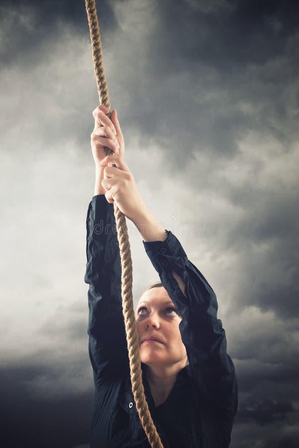 Mujer que sube para arriba con la cuerda fotografía de archivo libre de regalías