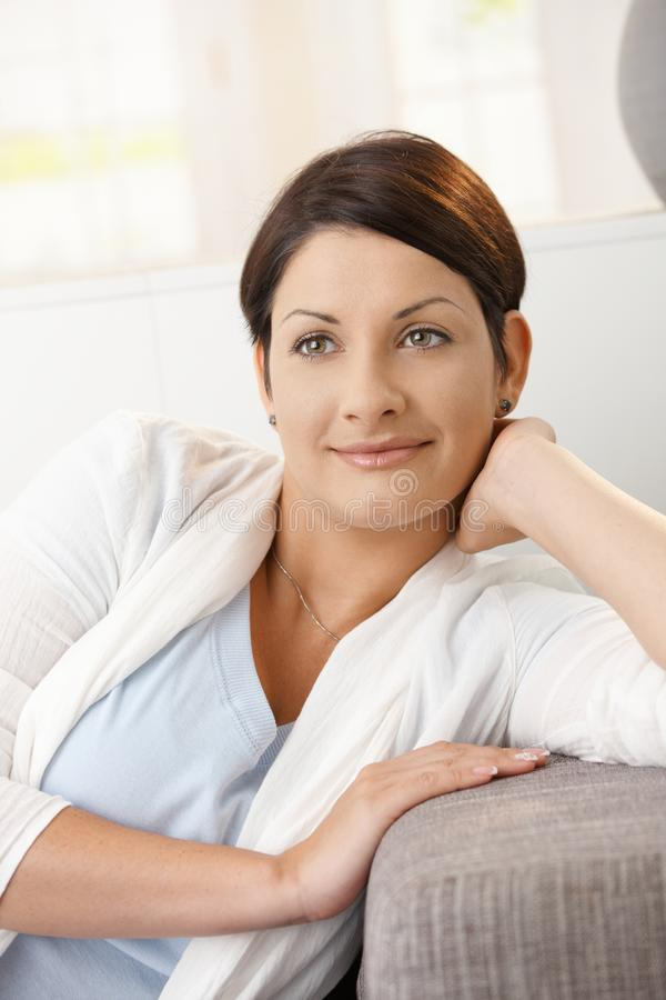 Mujer que sueña despierto un hogar imagenes de archivo