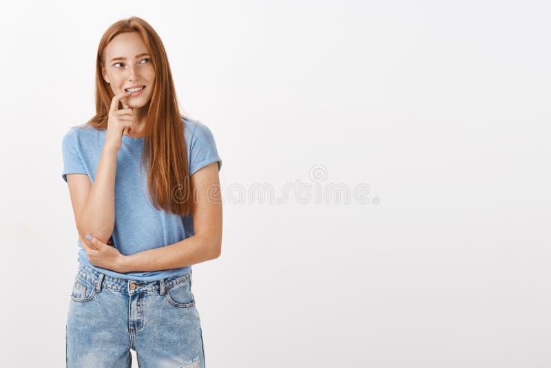 Mujer que sueña sobre la llamada de entrega de la pizza en la noche Calma pensativa y pelirrojo atractivo alegre femeninos con la imagen de archivo